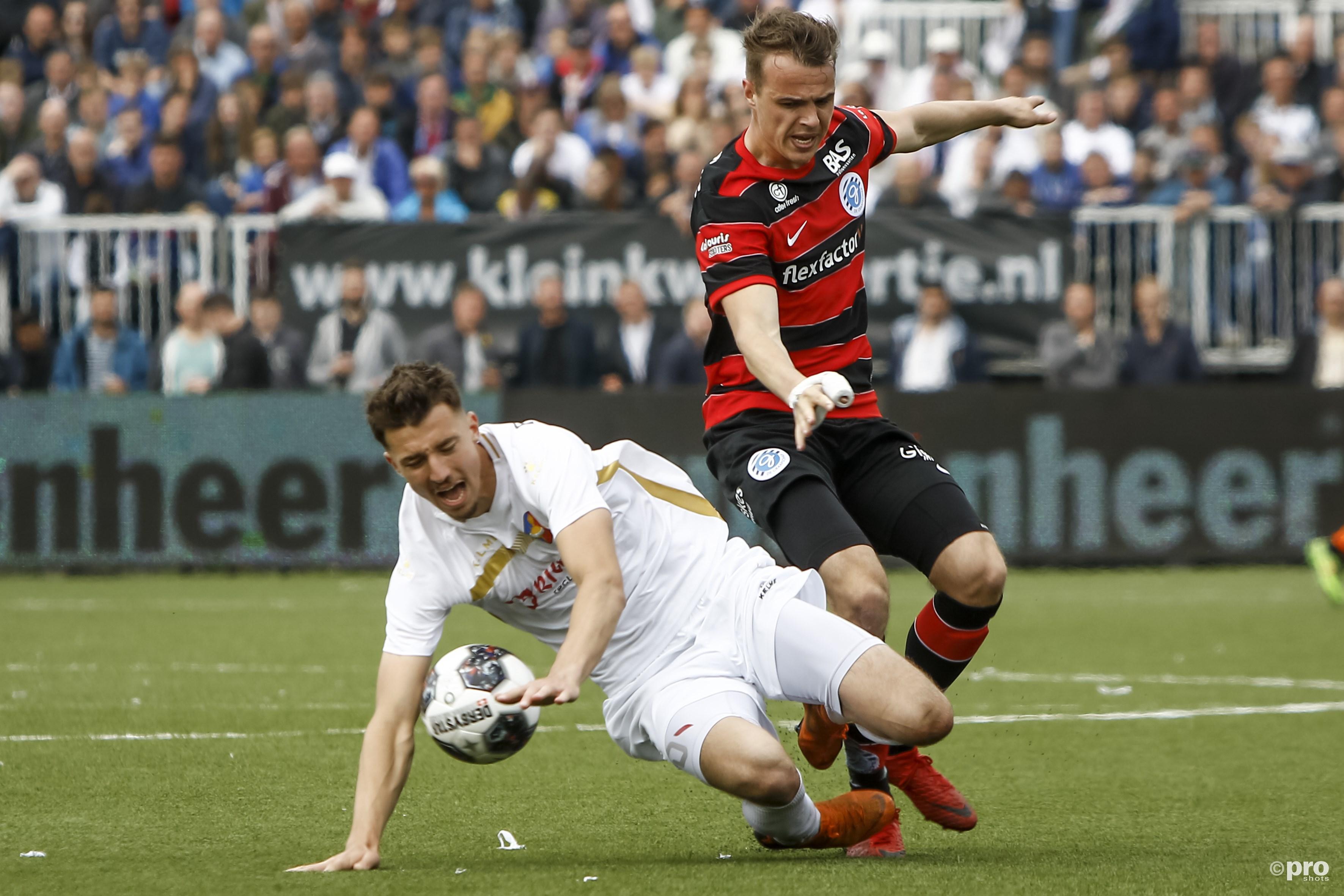 Andrija Novakovich (l.) in duel met Lars Nieuwpoort. (PRO SHOTS/Remko Kool)