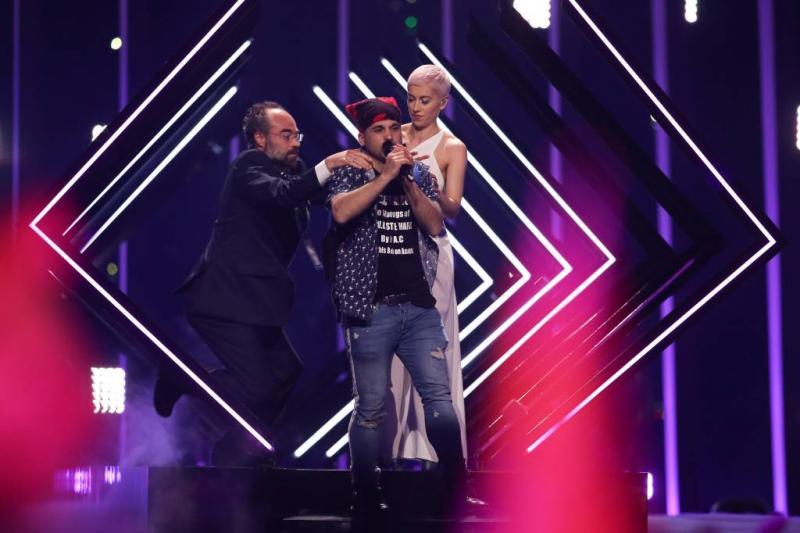 Man bestormt podium Songfestival