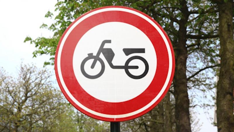 Scooterrijders halen capriolen uit op snelweg (Foto: stockfoto politie.nl)