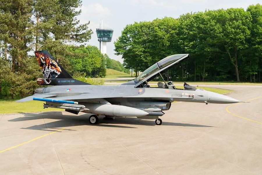 Een F-16 van het 313 Squadron met een geschilderde tijger op de staart. (Foto: Ministerie van Defensie)