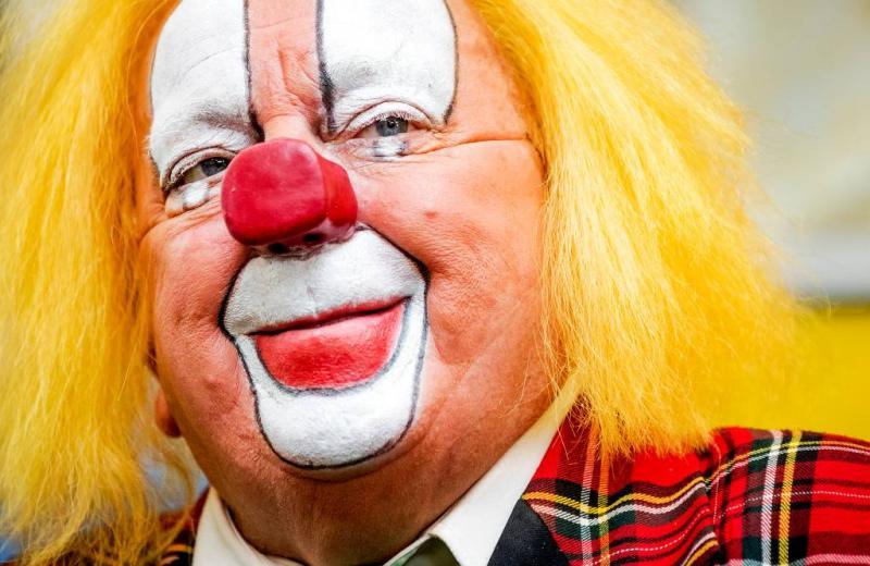 Bassie bergt rode clownsneus op