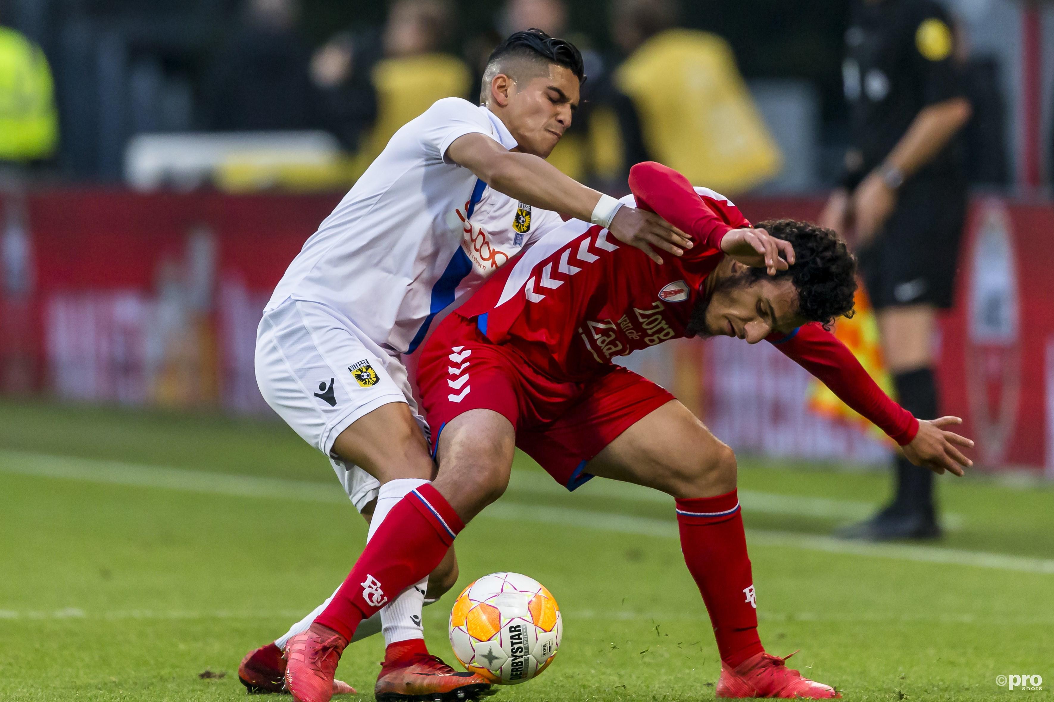 Vitesse-speler Navarone Foor in duel met FC Utrecht-speler Yassin Ayoub. (PRO SHOTS/Marcel van Dorst)