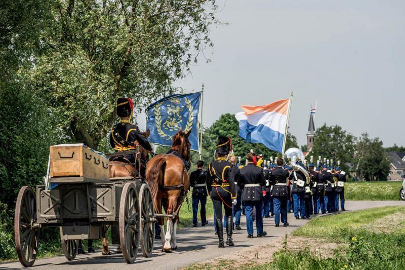 De begrafenisstoet wordt voorafgegaan door tamboers en signaalblazers. De vlag met het wapen van Schelte van Aysma bedekt de kist. (Foto: Defensie.nl)