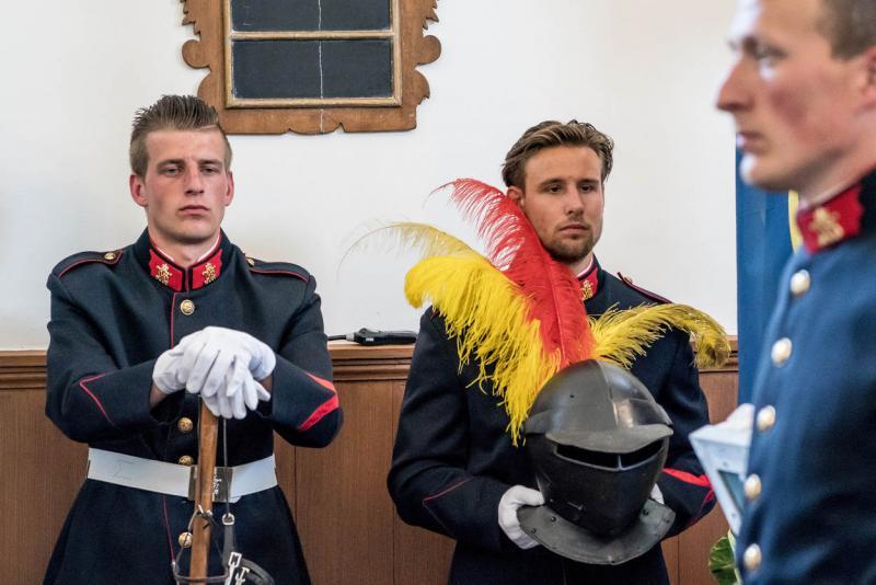 Een militair draagt tijdens de plechtigheid een van de heraldische en adellijke waardigheidstekenen: de helm. (Foto: Defensie.nl)