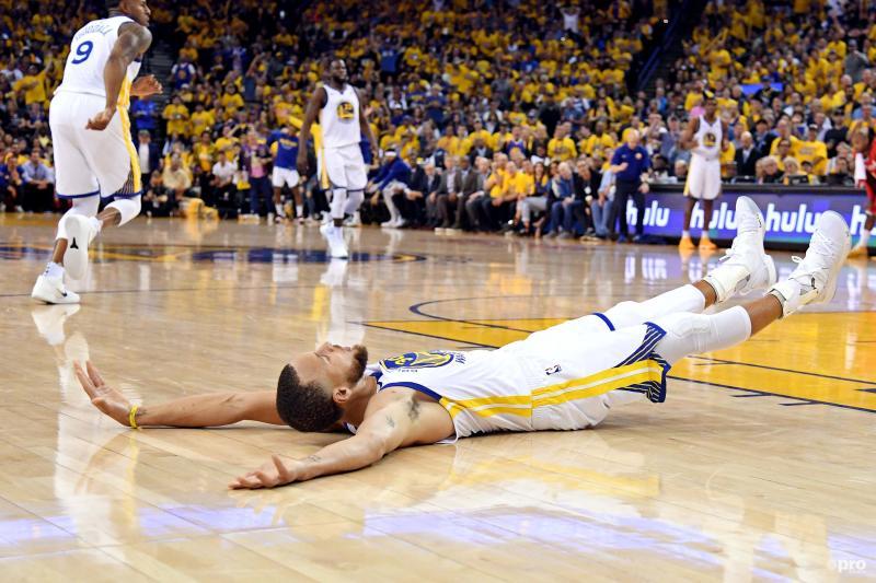 Golden State Warriors-guard Stephen Curry doet even wat anders dan basketballen tijdens de NBA play-offs, wat is hier gaande? (Pro Shots / Action Images)