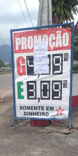 'Door de staking van vrachtwagenchauffeurs is onze brandstof op', aldus een briefje bij een benzinestation (Foto: heywoodu)