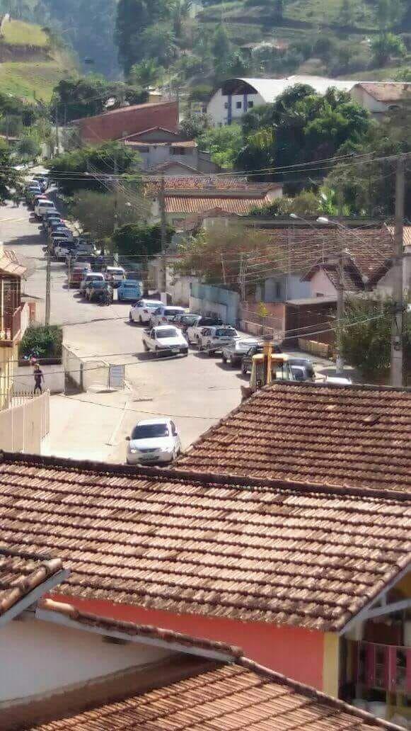 De rijen wachtenden voor een beetje benzine slingeren de dorpen in, zoals hier in Caraguatatuba (Foto: heywoodu)