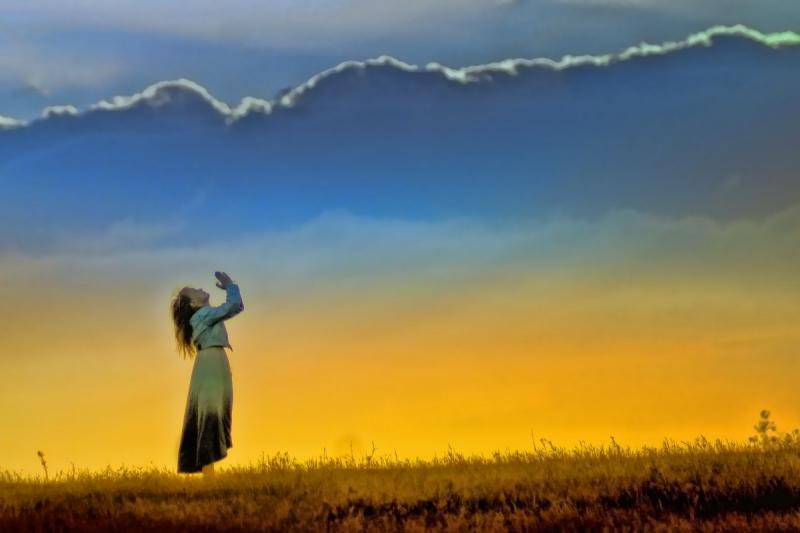 Zonnetje - https://c.pxhere.com/photos/b0/72/sunset_girl_worship_field_prayer_nature_sun_female-766848.jpg!d