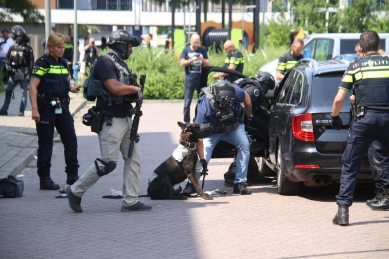 Politie schiet man met bijl in Schiedam neer