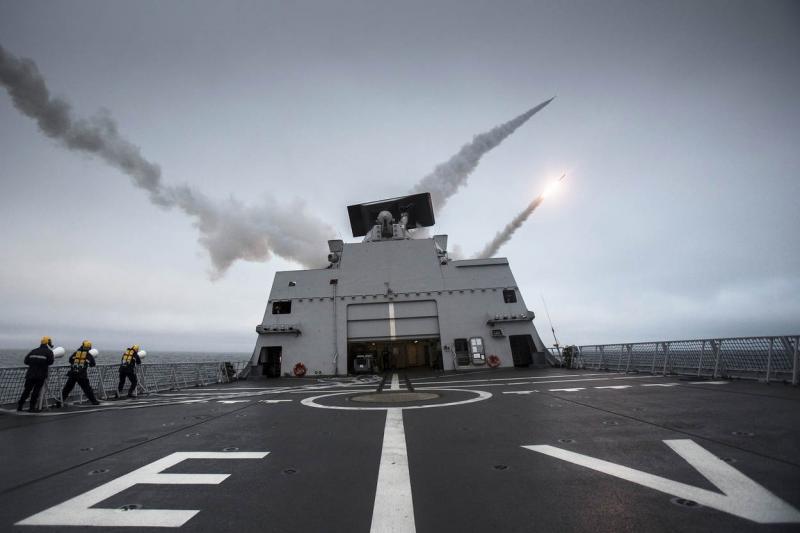 Het afvuren van Harpoon-antischeepsraketten van een luchtverdedigings- en commandofregat (foto: Ministerie van Defensie)