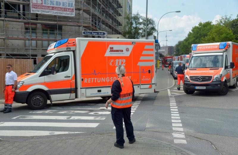Ambulance knalt op boom, drie zwaargewonden