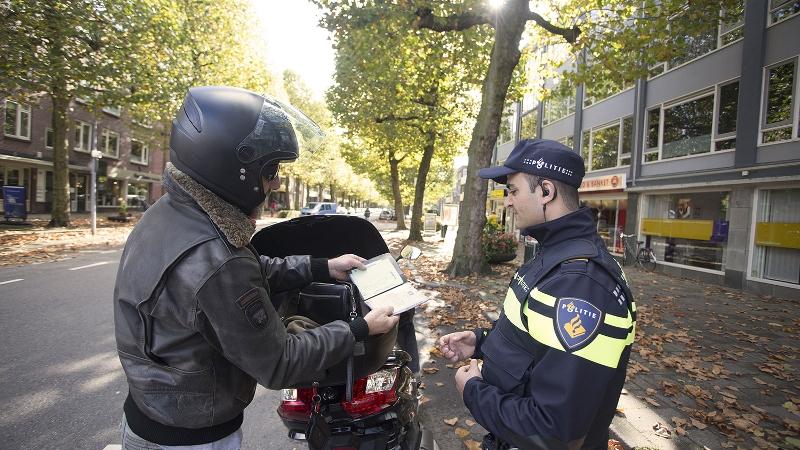 Motorrijder met doorgeladen wapen opgepakt (Foto: Stockfoto politie.nl)