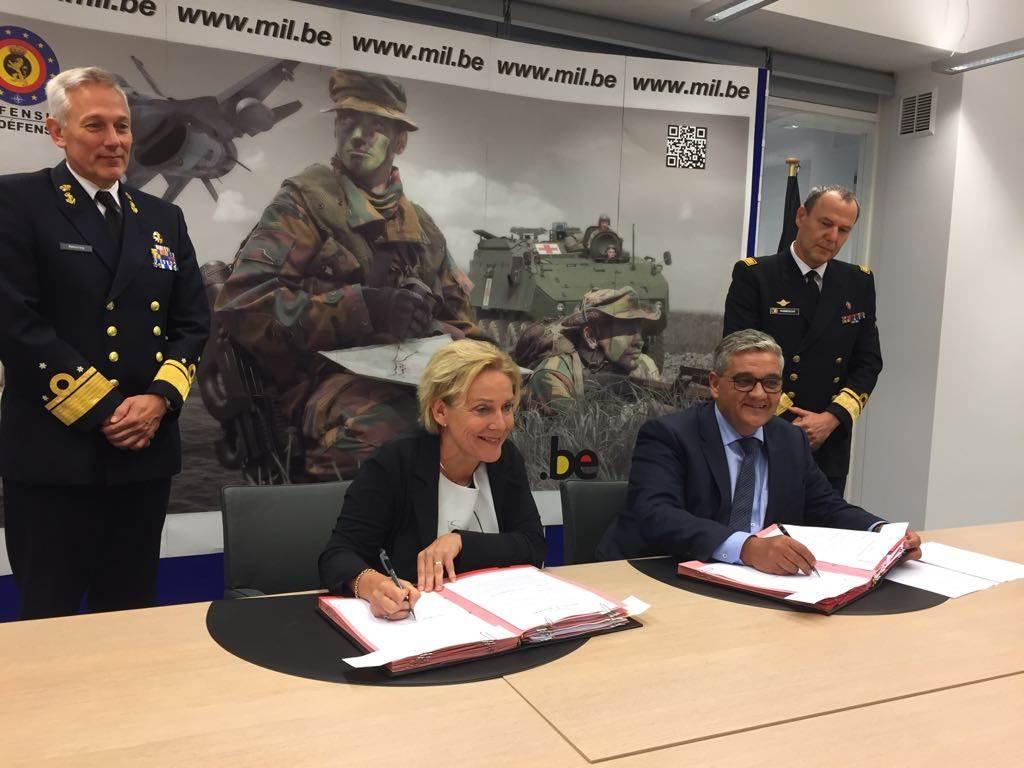 Minister Bijleveld en haar Belgische collega tekenen de intentieverklaring. (Foto: Ministerie van Defensie)