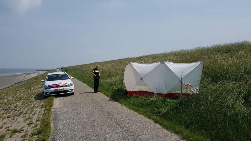 De politie en het lijk in de Westerschelde (Foto: politie.nl)
