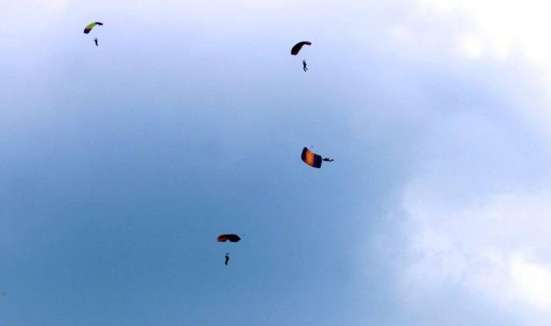 Parachutist zwaargewond na mislukte landing