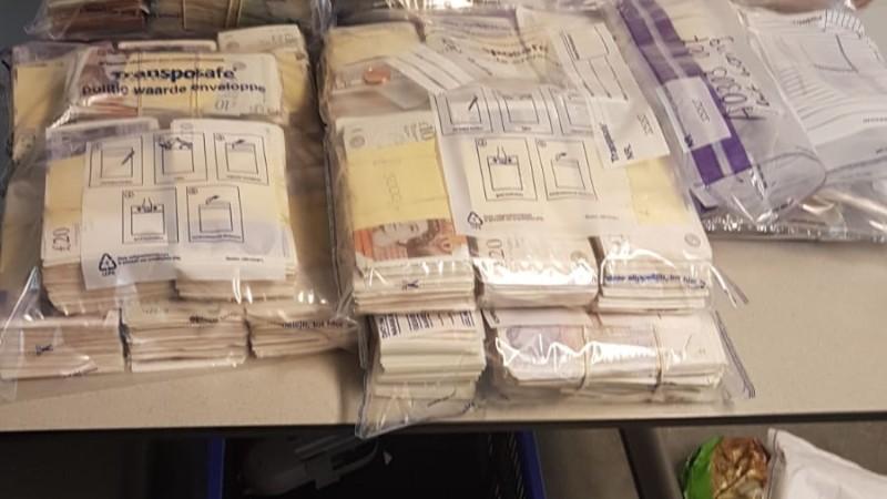 Politie neemt half miljoen euro, drugs en wapens in beslag (Foto: Politie.nl)