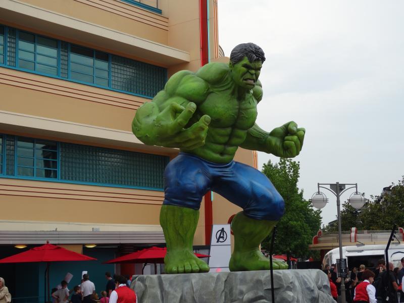 Marvel Superhelden Zomer: een reusachtig standbeeld van de Hulk in het Studios Park