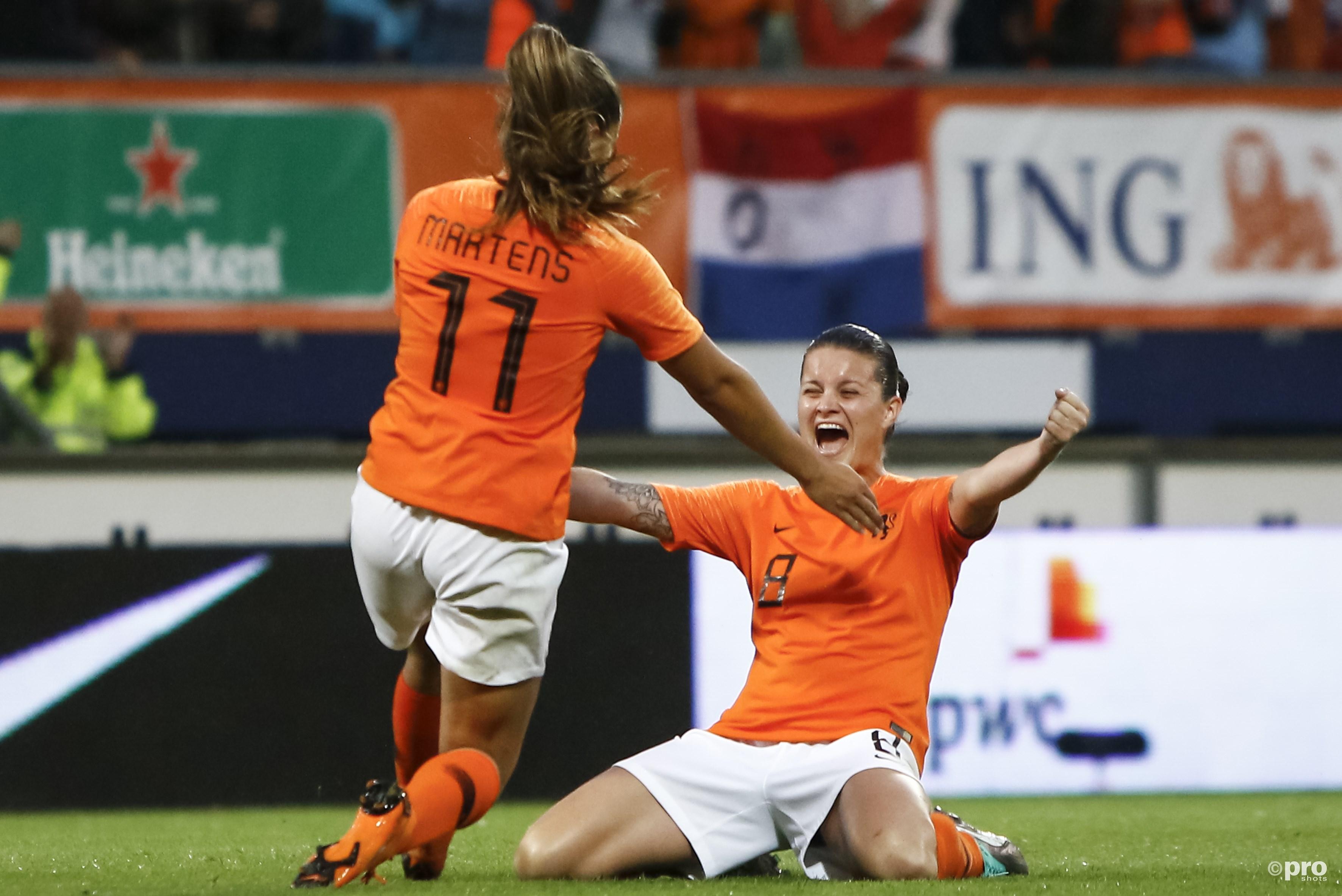 Lieke Martens viert het doelpunt met Sherida Spitse. (PRO SHOTS/Remko Kool)