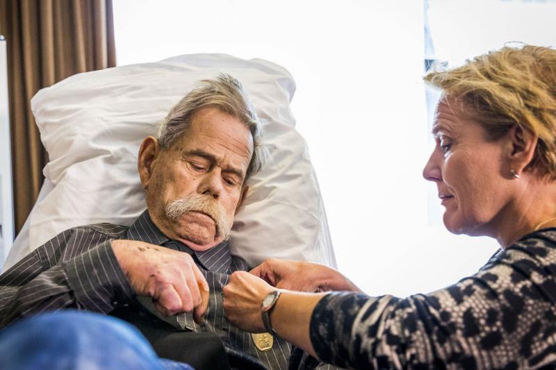 Ernstig zieke oud-militair krijgt erepenning (Foto: Defensie.nl)
