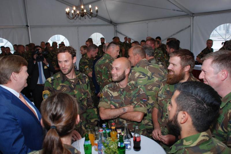 Koning bezoekt in Litouwen gelegerde militairen (Foto: Defensie.nl)