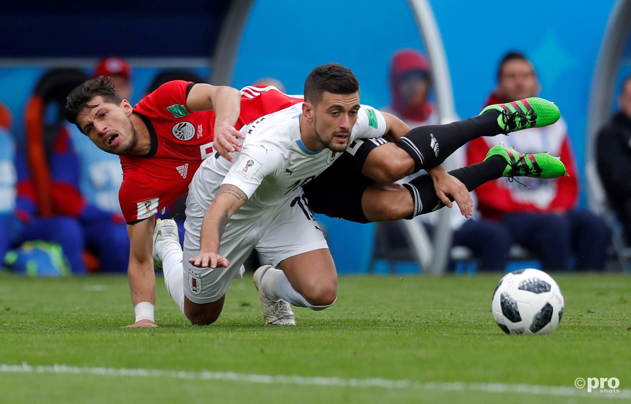 Egypt's Tarek Hamed in duel met Uruguay's Giorgian De Arrascaeta. (PRO SHOTS/Action Images)