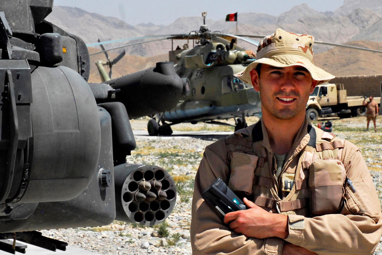 Roy de Ruiter naast een Apache-gevechtshelikopter in Afghanistan. (Foto: Ministerie van Defensie)