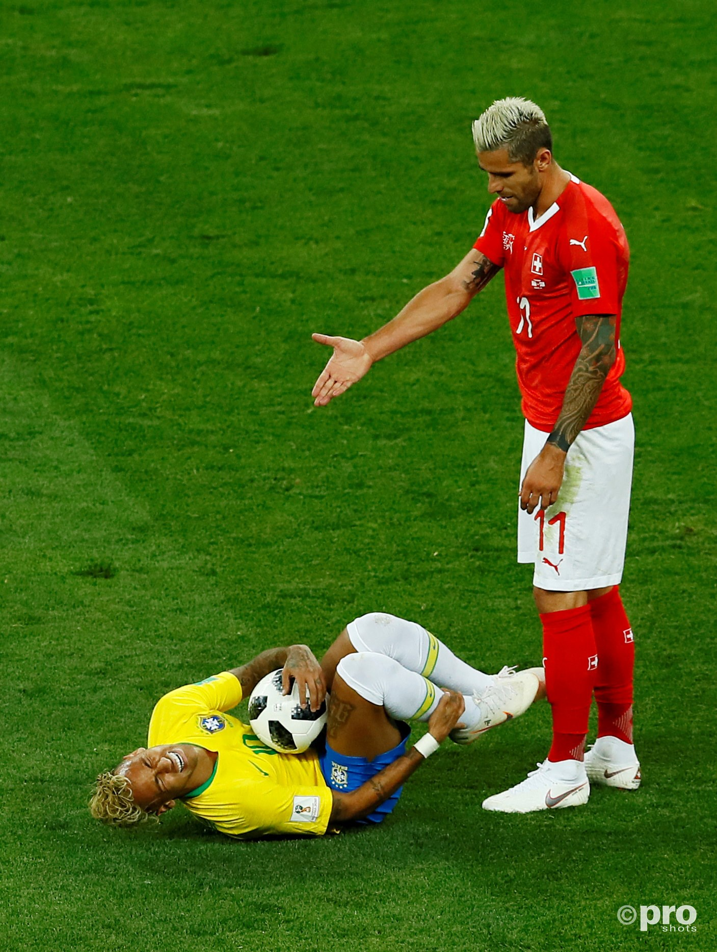 Neymar ging er weer eens bij liggen. (PRO SHOTS/Action Images)