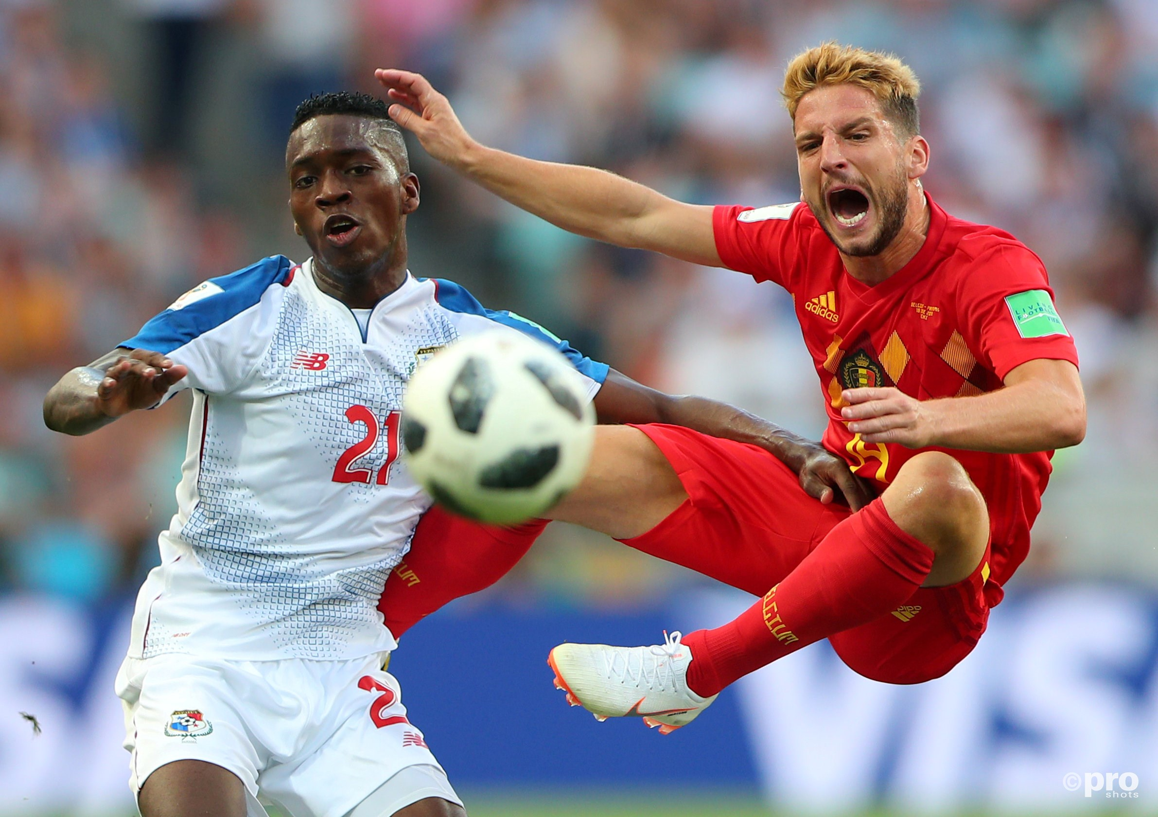 Dries Mertens in duel met Panama's Jose Luis Rodriguez. (PRO SHOTS/Action Images)