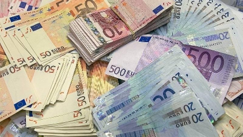 Porsche's en tienduizenden euro's in beslag genomen (Foto: stockfoto politie.nl)