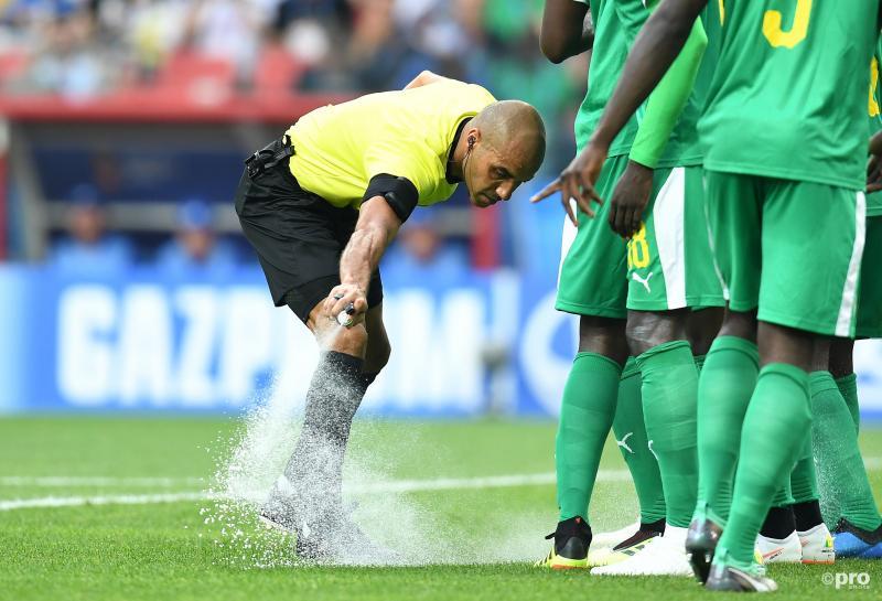 Wat is scheidsrechter Nawaf Abdulla Shukralla hier aan het doen tijdens de wedstrijd tussen Polen en Senegal? (Pro Shots / Witters)