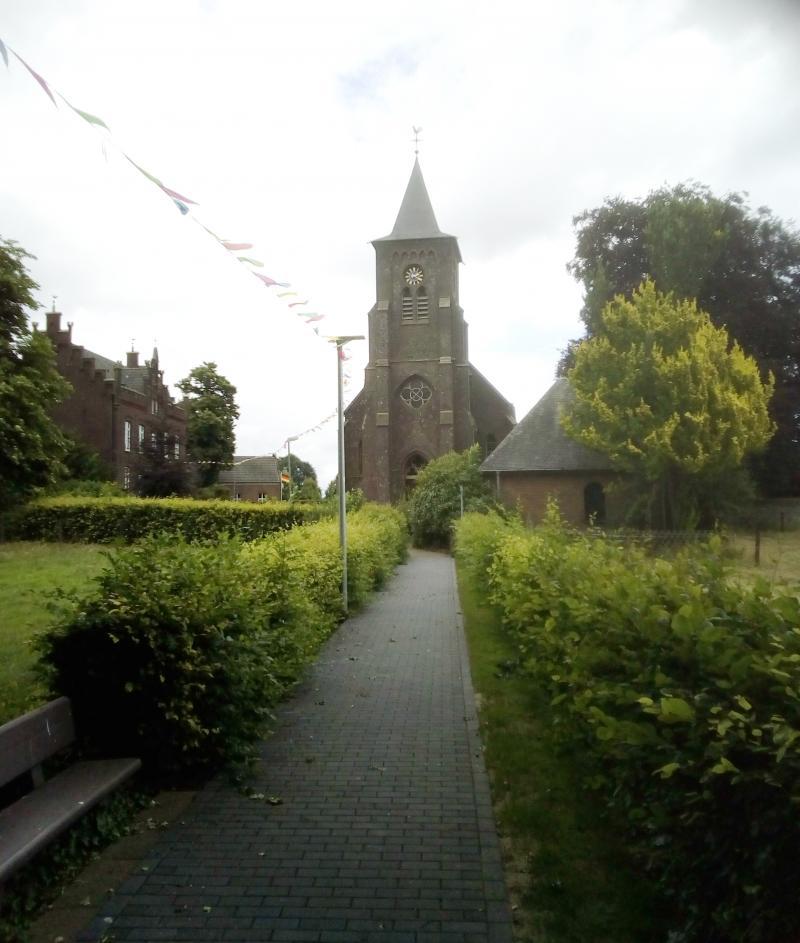 De kerk van Hommersum, een klein Duits dorpje bij de grens met Nederland. De foto is zasterdagmorgen precies vanaf de grens gemaakt  (Foto: qltel)