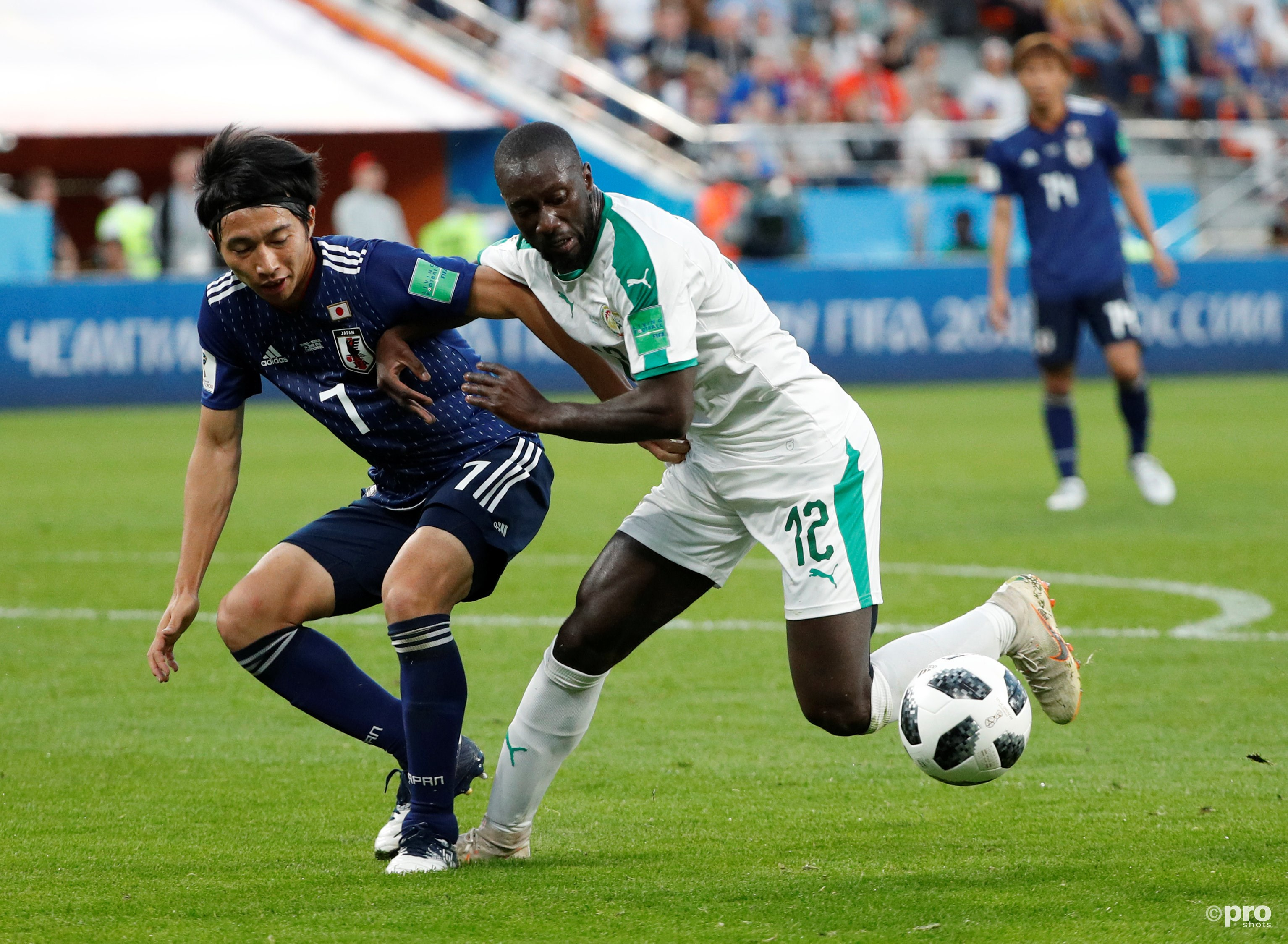 Senegal's Youssouf Sabaly in duel met Japan's Gaku Shibasaki. (PRO SHOTS/Action Images)