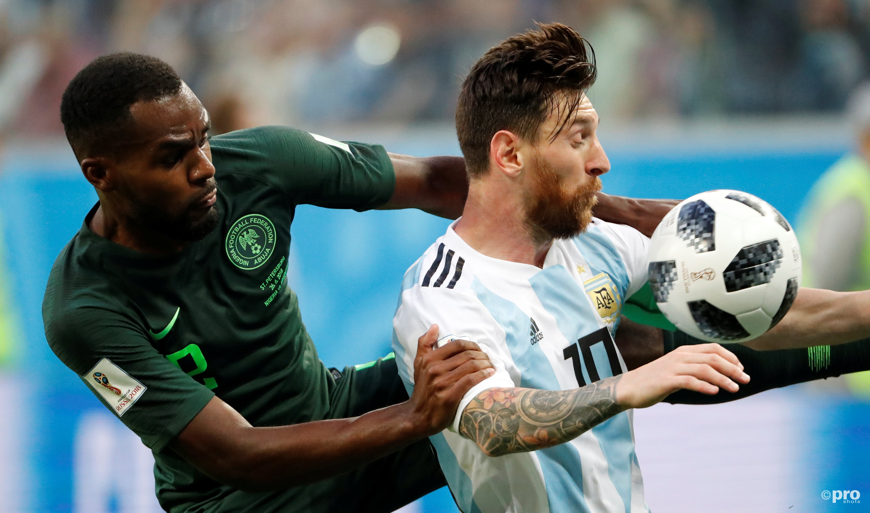 Brian Idowu in duel met Lionel Messi. (PRO SHOTS/Action Images)