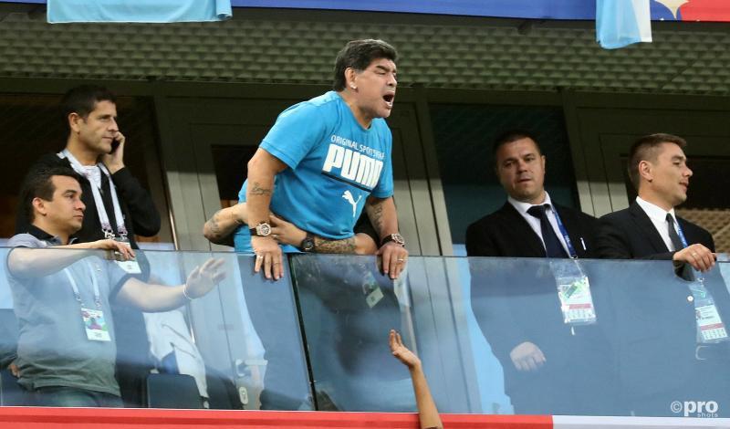 Maradona gaat helemaal door het lint tijdens de wedstrijd tussen Nigeria en Argentinië op het WK voetbal. Wat is hij hier aan het doen? (Pro Shots / Action Images)