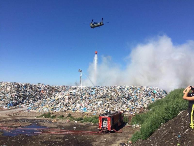 Chinook blust afvalbrand met behulp van bambi bucket (Foto: Defensie)