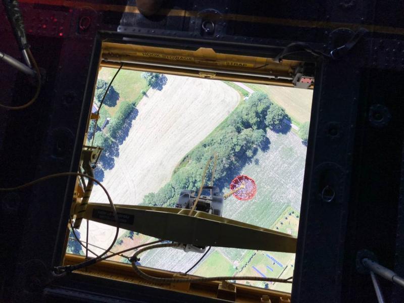 Uitzicht vanuit Chinook met eronder de bluszak (Foto: Defensie)