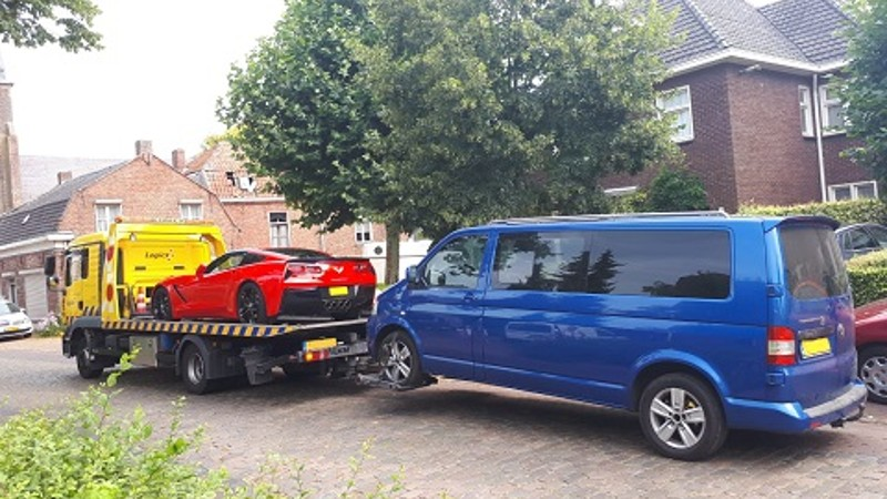 Man leeft te luxueus, politie neemt alles in beslag (Foto: Politie.nl)