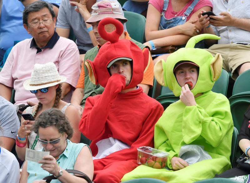 We troffen deze twee bekende TV-sterren aan op de tribunes van Wimbledon, wat is een leuk onderschrift bij deze foto? (Pro Shots / Action Images)