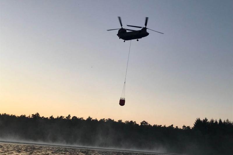 Chinook assisteert bij bestrijden heidebrand (Foto: Defensie)