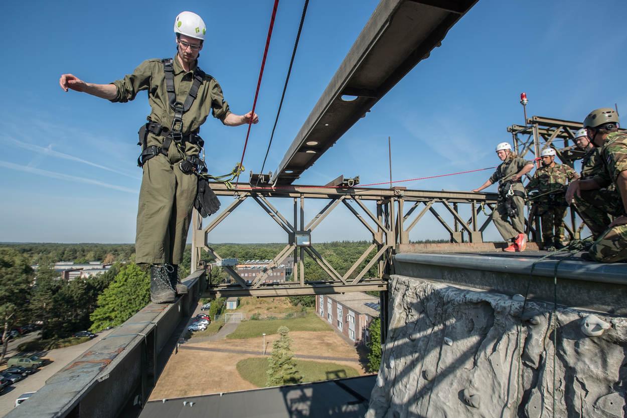 Kielman staat met het zweet in de handen klaar om op 20 meter hoogte over de evenwichtsbalk te lopen. (Foto: Ministerie van Defensie)