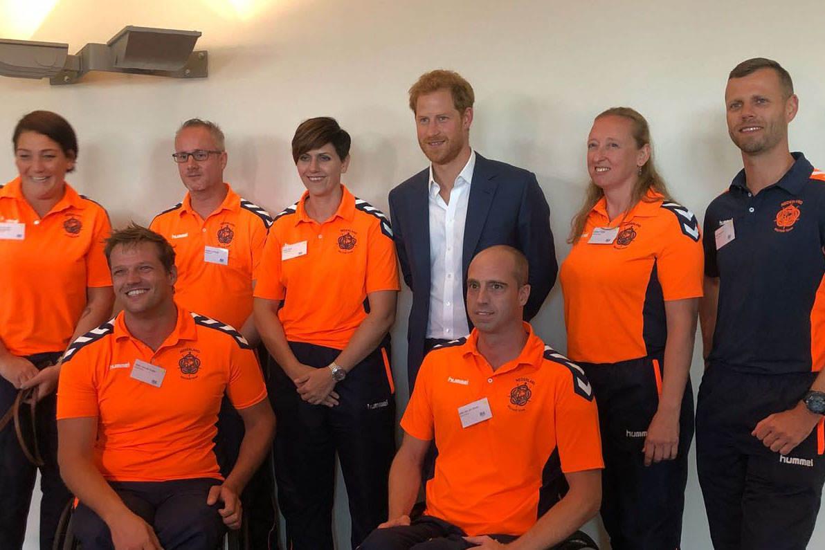 Prins Harry en een deel van het Nederlands team (Foto: Ministerie van Defensie)
