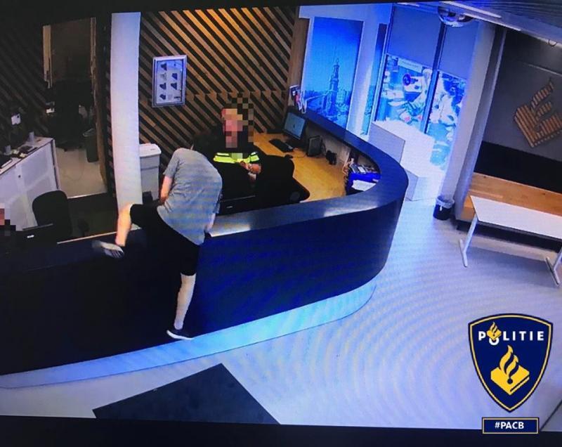 Paranoïde Brit bestormt politiebureau (Foto: Politie Amsterdam Centrum-Burgwallen)