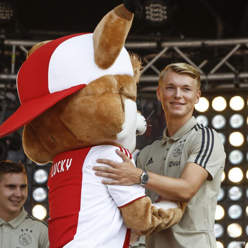 We zien hier Ajax-aankoop Perr Schuurs en de mascotte van Ajax Lucky tijdens de fandag van de Amsterdammers, wat is een leuk onderschrift bij deze foto? (Pro Shots / Remko Kool)