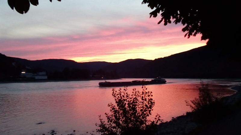 Gisteravond was ik nog aan de Rijn bij Koblenz en zag de zon daar ondergaan  (Foto: qltel)