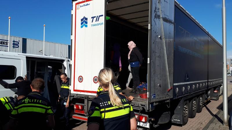 Dertien illegale Eritreeërs in Spaanse vrachtwagen (Foto: Politie.nl)