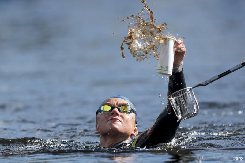 Krystyna Panchishko probeert wat te drinken te pakken te krijgen tijdens 10 kilometer open water zwemmen op het EK in Glasgow, wat is een leuk onderschrift bij deze foto? (Pro Shots / Insidefoto)