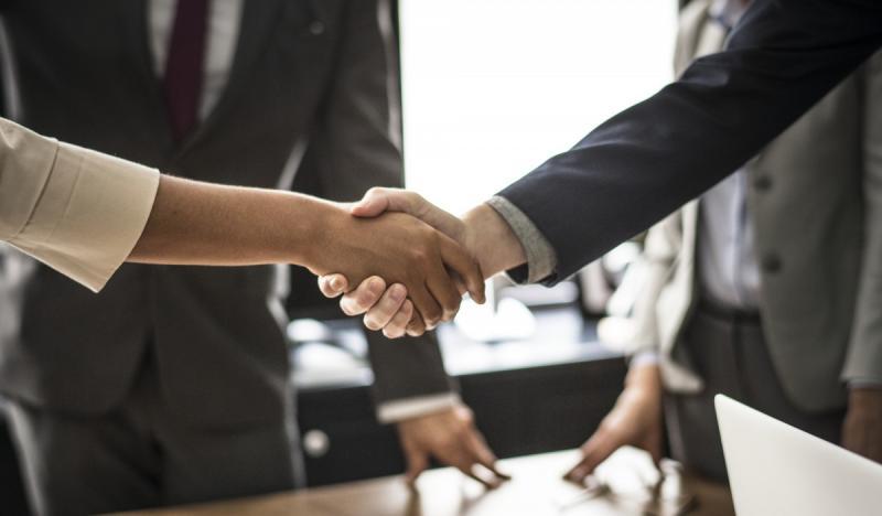 Verplicht handen schudden is discriminatie (Foto ter illustratie ©Pxhere.com)