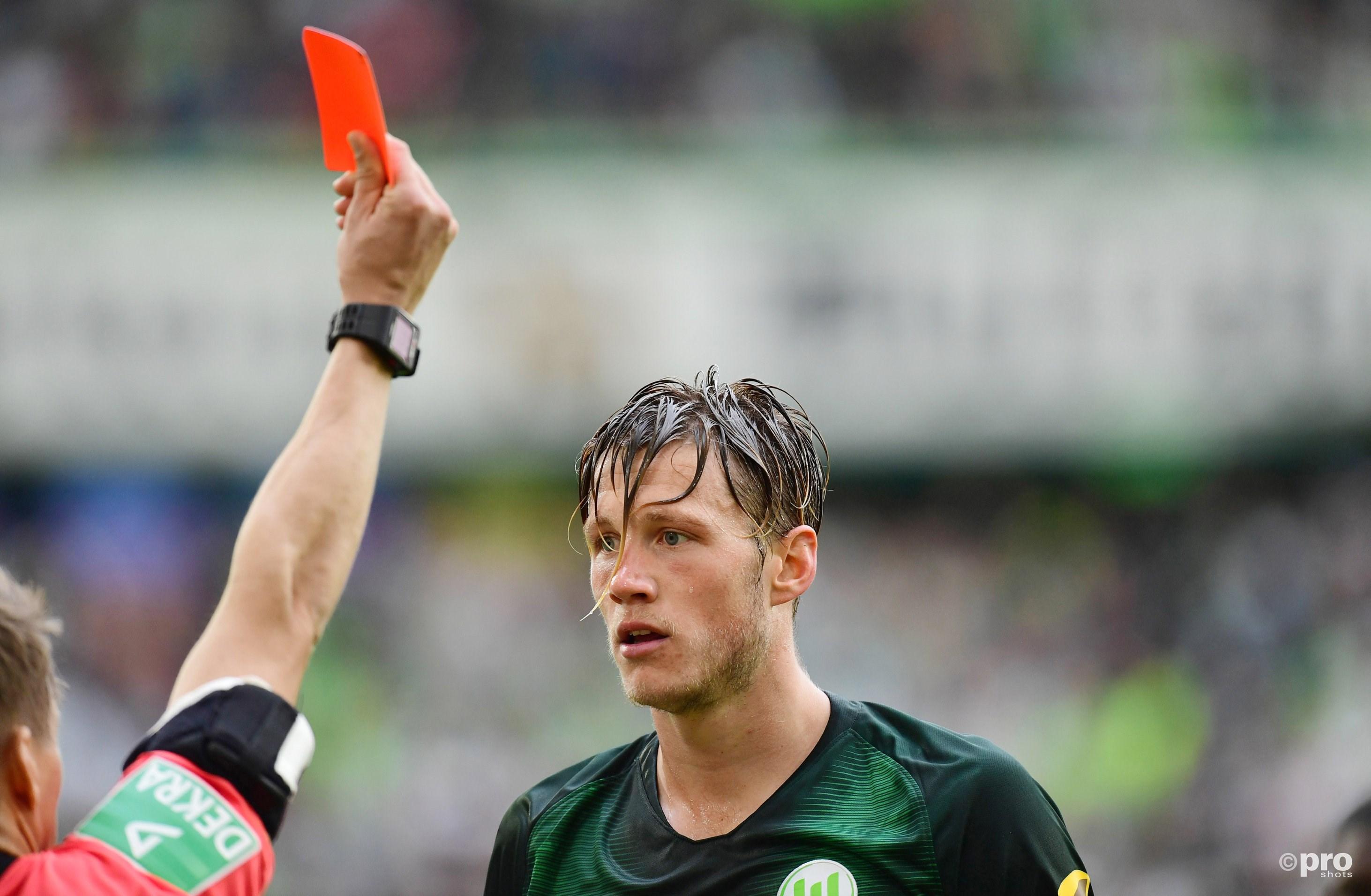 Weghorst krijgt eerst rood. Wordt later door de VAR teruggetrokken. (PRO SHOTS/Witters)