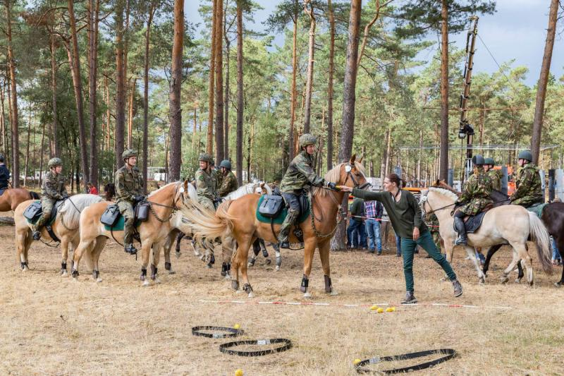 Duitse deelnemers beginnen aan het onderdeel handgranaat gooien van de prestatietocht (Foto: Defensie.nl)