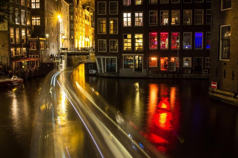 Glurende toerist moet doneren bij bezoek Amsterdamse Wallen (Foto: Stockfoto PXhere)
